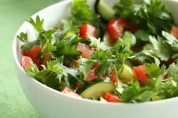 Употребление салатов из сырых овощей во время выхода из гречневой диеты