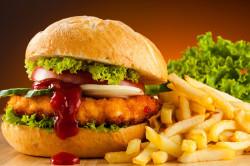 Употребление фаст-фуда - причина накопления лишнего веса