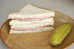 Бутерброды с вареной колбасой для перекуса в школе
