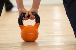 Выполнение упражнений для груди